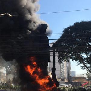Estátua do bandeirante Borba Gato foi incendiada em protesto