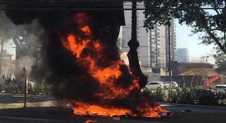 Grupo ateou fogo em estátua do Borba Gato