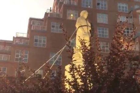 Estátua foi derrubada por manifestantes
