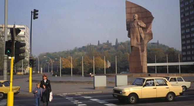 A vida na Alemanha Oriental: em outubro de 1989, a estátua de Lenin ainda estava na Praça Lenin, em Berlim Oriental