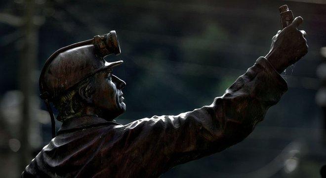 Estátua de mineiro na Virgínia Ocidental; declínio econômico da mineração e dores crônicas causadas por anos de trabalho braçal contribuíram para excessos no uso de analgésicos fortes 'Plano de negócios'