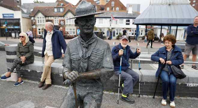 Estátua do fundador do escotismo é retirada devido a protestos na Inglaterra