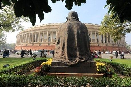 Estátua de Gandhi diante do Congresso indiano