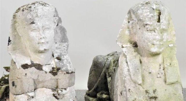 As esfinges acima foram a leilão como réplicas, mas são artefatos genuínos do Egito Antigo