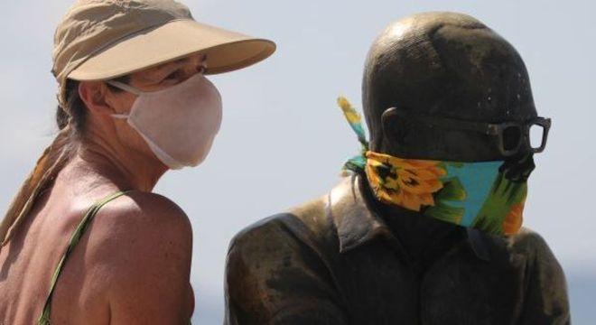 Estátua de Carlos Drummond de Andrade, no Rio, com lenço no rosto