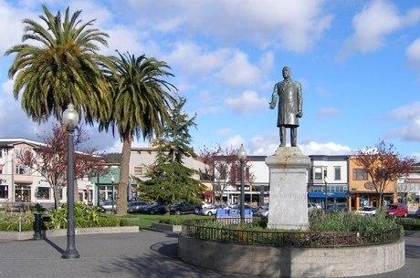 A estátua está desde 1906 na principal praça de Arcata