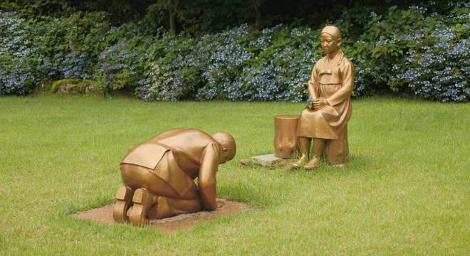 Estátua mostra homem japonês, supostamente Shinzo Abe, de joelhos diante de mulher
