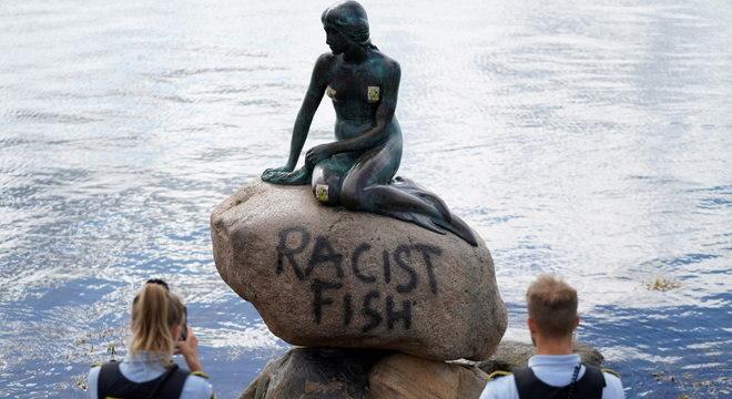 Não se sabe a motivação por trás da inscrição 'Peixe racista' na estátua da Pequena Sereia