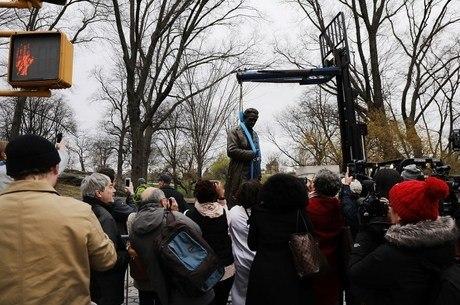 A estátua foi retirada na manhã desta terça-feira