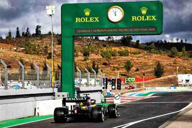 Esteban Ocon deixa os boxes no TL1 em Portugal