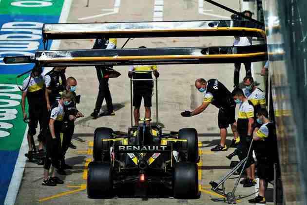 Esteban Ocon volta aos boxes após volta rápida no treino