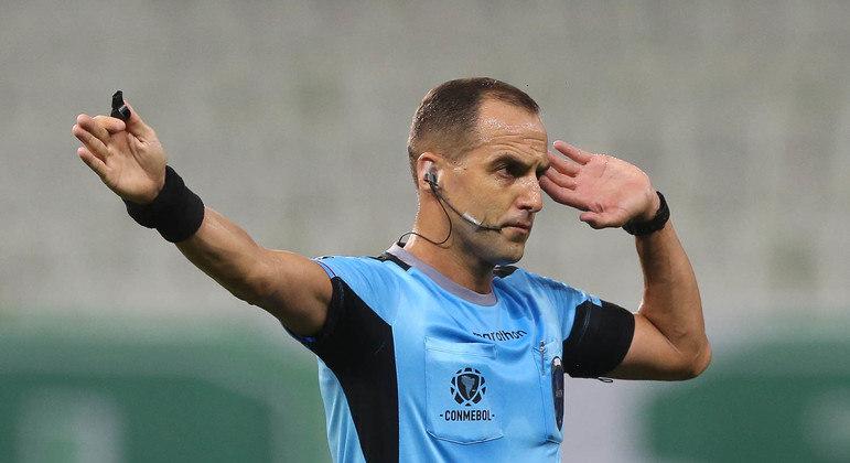 O uruguaio Esteban Ostojich teve excelente atuação. E acertou três lances fundamentais