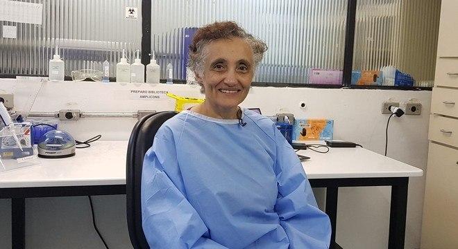 Ester, pós-doutoranda da USP que estuda virologia há 10 anos
