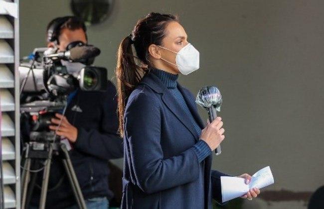 Esther Sedlaczek, joranlista da 'Sky' utilizando máscaras e com o microfone higienizado.