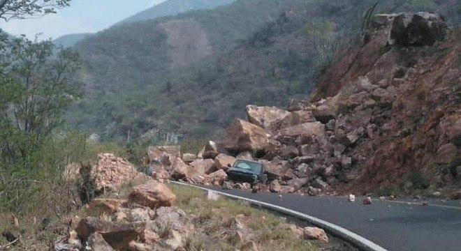 Carro soterrado após terremoto na estrada federal 190 no México