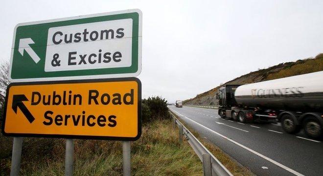 Atualmente não há uma fronteira rígida, com controle de mercadorias e passaportes, na fronteira entre Irlanda do Norte e República da Irlanda