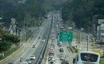 Movimento de veículos na Rodovia Fernão Dias, na altura de Mairipoã, sentido São Paulo, neste domingo (21). Rodovias que atravessam o interior de São Paulo com destino à capital enfrentam pontos de lentidão na volta do feriado de Páscoa neste domingo à tarde. 21/04/2019