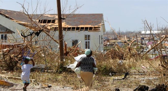 Moradores das Bahamas tentam salvar pertences após passagem do furacão