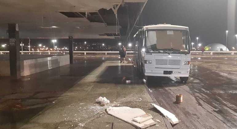 Parte do teto da Rodoviária do Plano Piloto desabou e chão ficou totalmente alagado