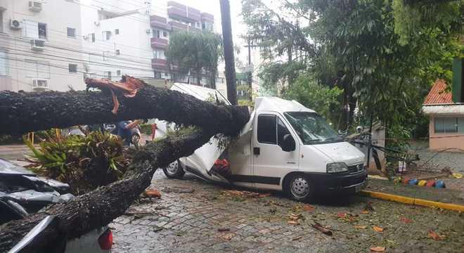 Ciclone bomba trouxe ventania, chuvas e queda de árvores no sul do país