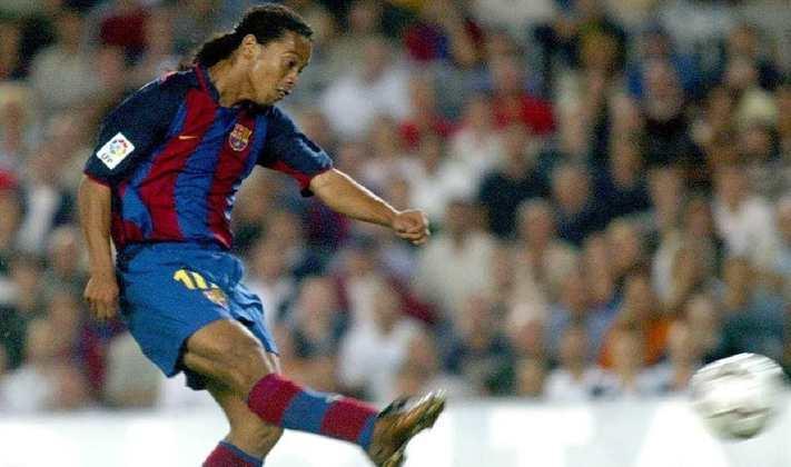 Estreia - Na estreia pelo Barcelona, Ronaldinho marcou um golaço no empate dos catalães com o Sevilla por 1 a 1.