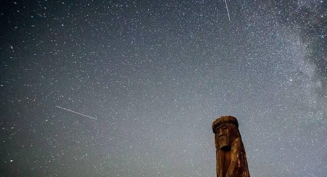 O céu noturno fica iluminado com uma chuva de meteoritos