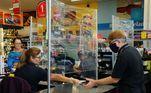 SP - ESTRUTURA-SUPERMERCADO-PROTEÇÃO-CORONAVÍRUS - GERAL - Movimentação no Supermercado Vila Mais em Campinas (SP), nesta quarta-feira (25). O estabelecimento montou uma estrutura para proteger funcionários e clientes do novo coronavírus. 24/03/2020 - Foto: WAGNER SOUZA/FUTURA PRESS/FUTURA PRESS/ESTADÃO CONTEÚDO