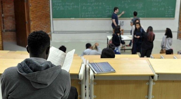 Texto detalha distribuição de recursos por aluno no Brasil