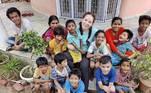Courtney Lalotra, de 34 anos, é de Nova Jersey, nos Estados Unidos, e viajou para a Índia com o intuito dese voluntariar em orfanatos das comunidades locais. Porém, tudo acabou mudando quando decidiu casar-se com um indiano e adotar 11 crianças, além de ter seu próprio filho biológico