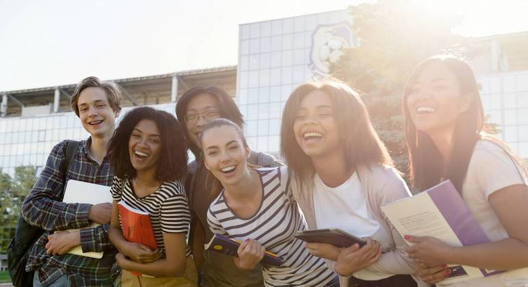 Programa do Governo de SP oferece até R$ 1 mil por ano letivo a alunos da rede estadual