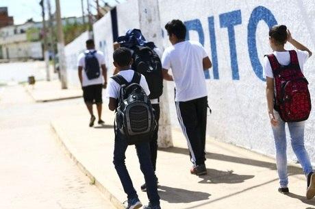 Estudantes próximos à escola em Brasília