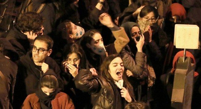 Estudantes protestam do lado de fora da Universidade Amir Kabir