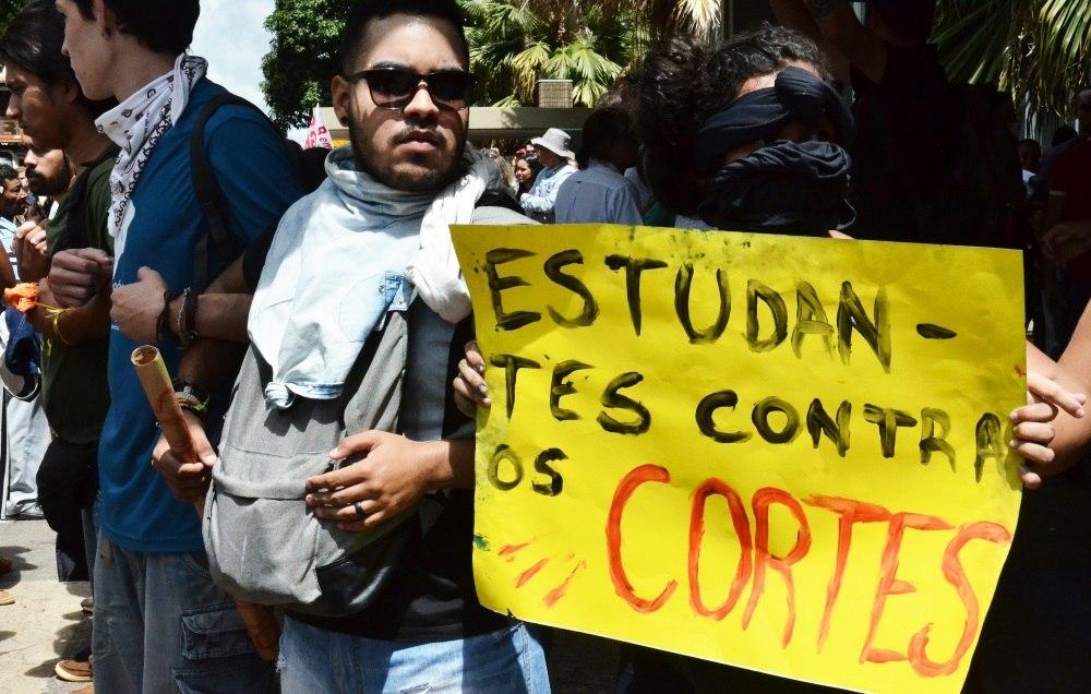 Após protesto e confusão no MEC, estudantes ocupam prédio do FNDE