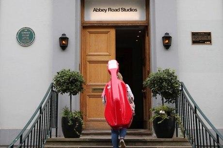 Músico entra nos estúdios reabertos de Abbey Road