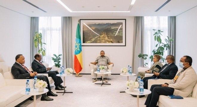 Primeiro-ministro etíope Abiy Ahmed (centro) recebe diplomatas em Addis Abeba