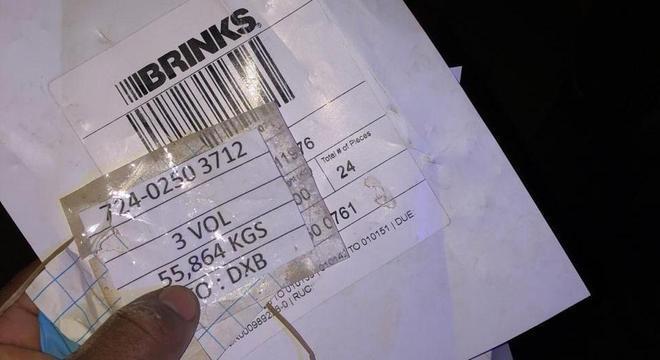 Etiquetas indicam 3 volumes de 55 kg que iriam para o aeroporto de Dubai (DXB)