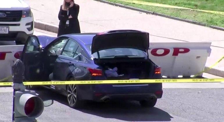 Motorista jogou o carro contra uma barricada e atingiu dois policiais perto do Capitólio