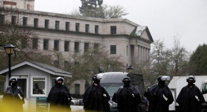 Policiais vigiam o prédio do Legislativo do Estado de Washington, em Olympia