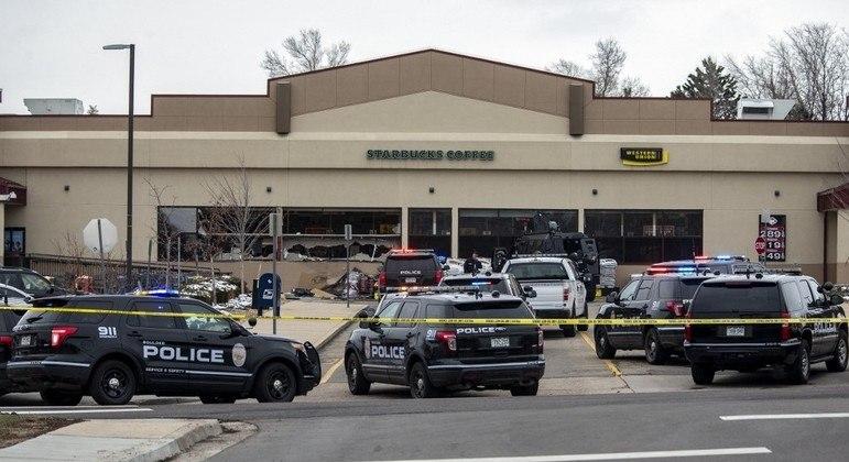 A polícia cercou o mercado após tiros serem disparados