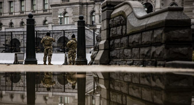 Soldados da Guarda Nacional patrulha, o Capitólio desde a invasão de 6 de janeiro