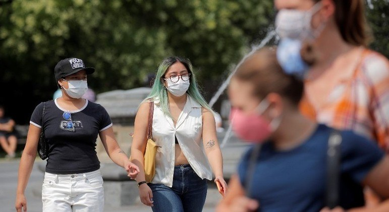 Autoridades sanitárias recomentam a volta do uso de máscaras para vacinados