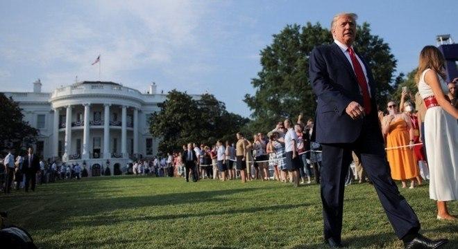 Trump assinou uma ordem executiva proibindo a entrada de trabalhadores estrangeiros