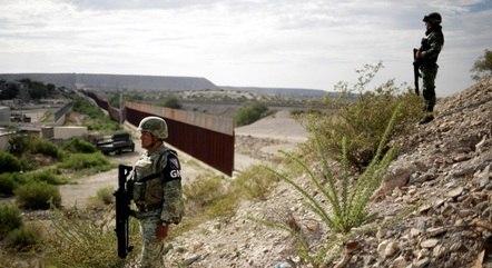 Policiais vigiam fronteira entre México e EUA