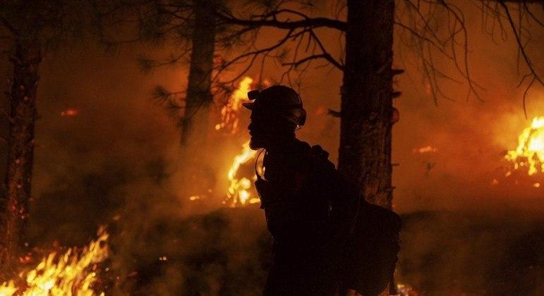Bombeiros estão combatendo incêndio no Oregon há mais de uma semana