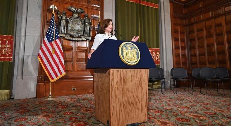 A governadora Kathy Hochul revisou o número de mortes por covid-19 em Nova York
