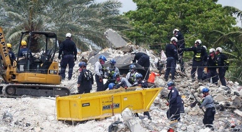 Equipes de resgate voltaram a trabalhar nos destroços do edifício nesta 2ª