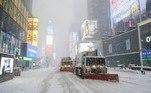 Caminhões foram usados para retirar a neve de Times Square, um dos principais cartões postais da cidade