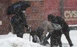 Cidadãos ajudaram um homem que escorregou na neve e caiu no chão