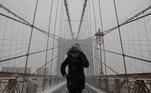 Com a circulação de carros impedida pelo gelo nas ruas, quem precisou entrar ou sair de Manhattan teve de percorrer pontes como a do Brooklyn a pé