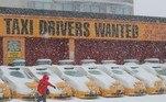 Sem condições de irem às ruas, os táxis desta frota ficaram na garagem, no Brooklyn